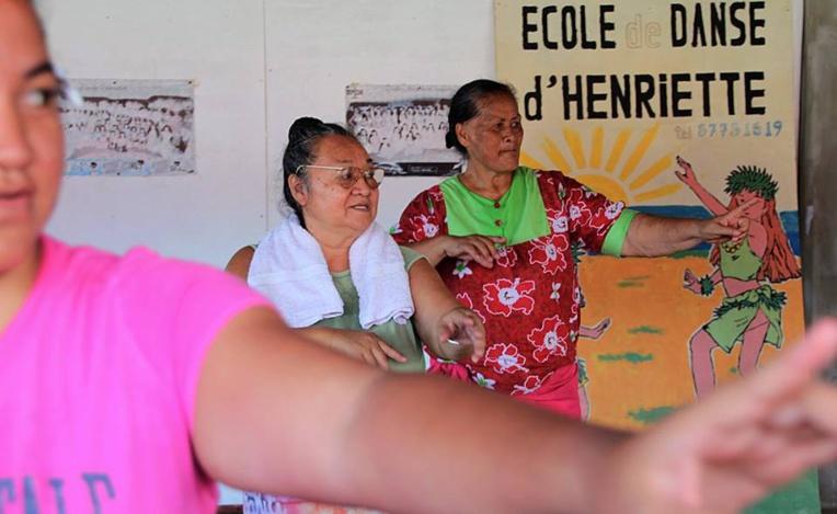 Arue : un groupe de mama au Heiva des écoles