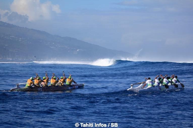 Team Opt devant Edt Va'a, sur un plan d'eau idyllique