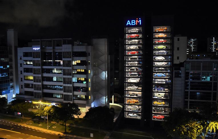 A Singapour, un distributeur automatique de voitures de luxe