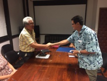Le protocole a été signé vendredi peu avant 18 heures, en Patrick Galenon, secrétaire général de la CSTP-FO, et Luc Faatau, le ministre en charge des transports intérieurs.