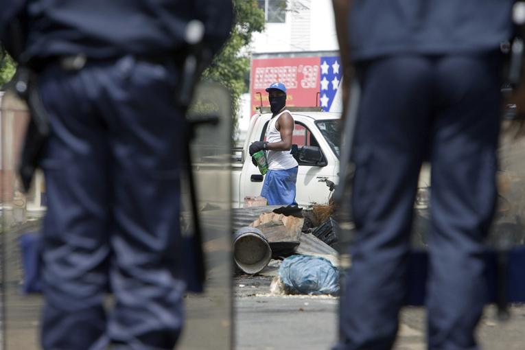 Un homme fonce sur des policiers en Guadeloupe : 4 blessés