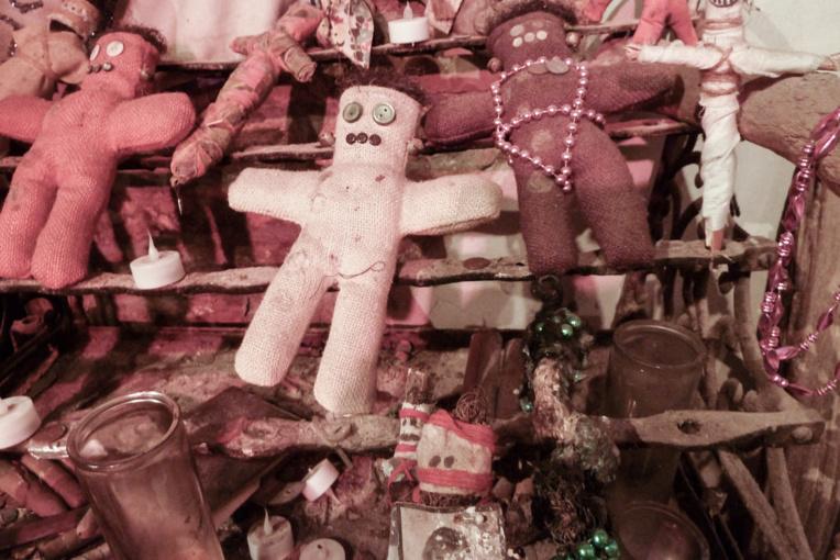 Un veilleur de nuit superstitieux a accusé une collègue de l'avoir envouté avec une poupée vaudou comme celles-ci (crédit : photo libre de droit de Claudia Brooke, les poupées appartiennent au Historic Voodoo Museum de la Nouvelle-Orléans)