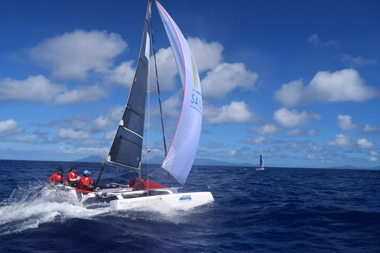 Les deux Pulse 600 de Sail Tahiti se suivent de près sur la traversée entre Huahine et Taha'a (photo : R. Berget)