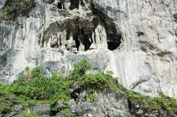 La grotte espagnole, sur la falaise de Temao, à Makatea