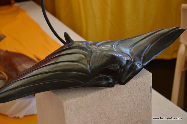 Un exemple des oeuvres qui y seront présentées. Une raie sculptée dans une pierre noire. D'autres surprises attendent le public.