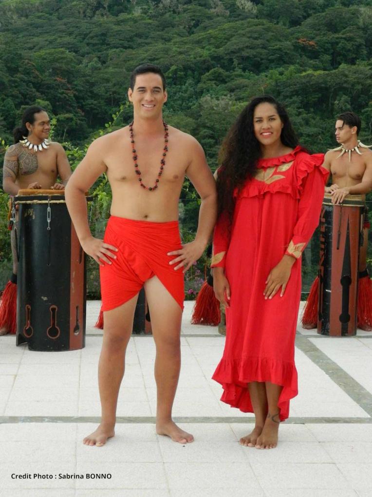 Tiheni Ena et Teiho Tetoofa sont les interprètes de cette chanson mêlant des sonorités polynésiennes et modernes.
