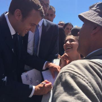 Yoan a griffonné le mot «Je soussigné Emmanuel Macron, Président de la République et chef de l'armée, nous autorise à arriver en retard pour me rencontrer.» Le président a signé
