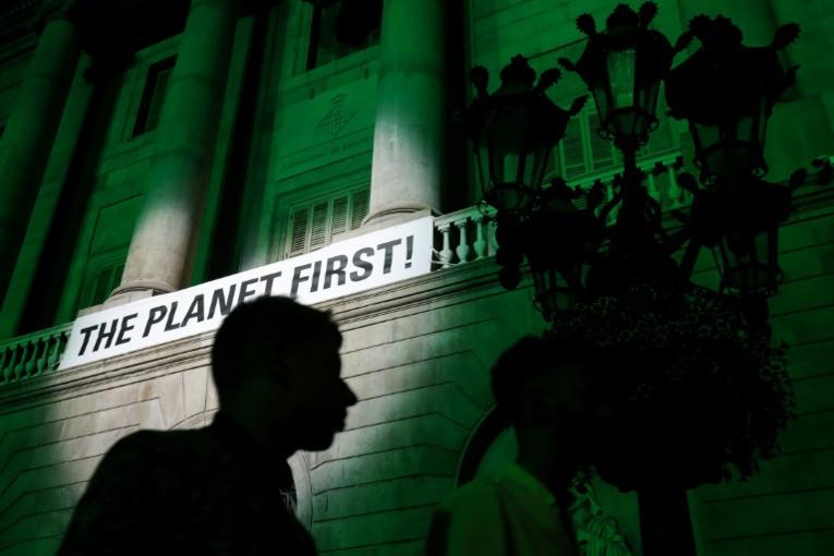 photo AFP de la mairie de Barcelone protestant contre le retrait américain de l'accord de Paris