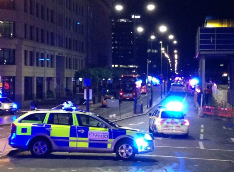 """La police bloque les accès du London Bridge après un """"incident majeur"""" à Londres, le 3 juin 2017 (AFP)"""