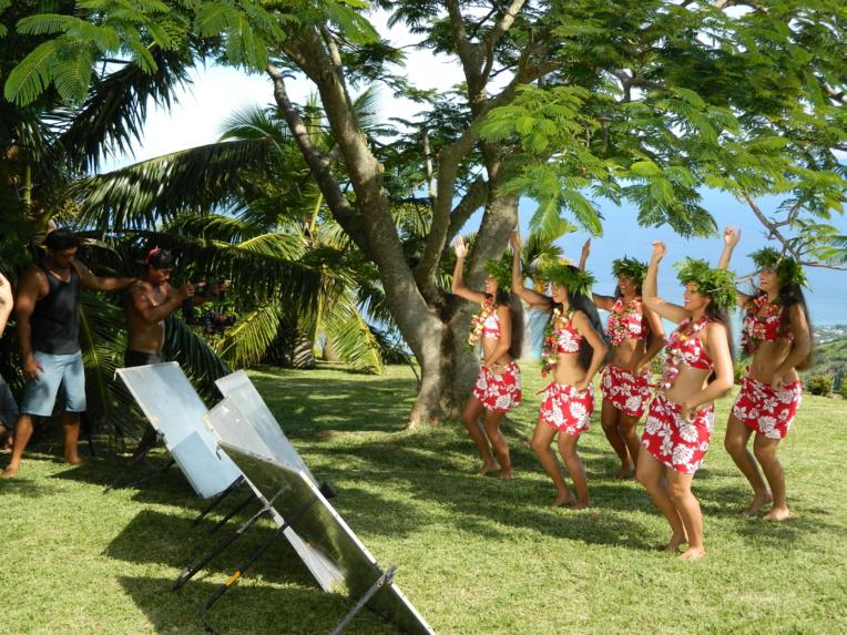 Les chorégraphies de danse sont signées Tumata Robinson, la chef de troupe de Tahiti Ora.