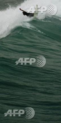 Un surfeur de Rio évite une collision avec un frigo