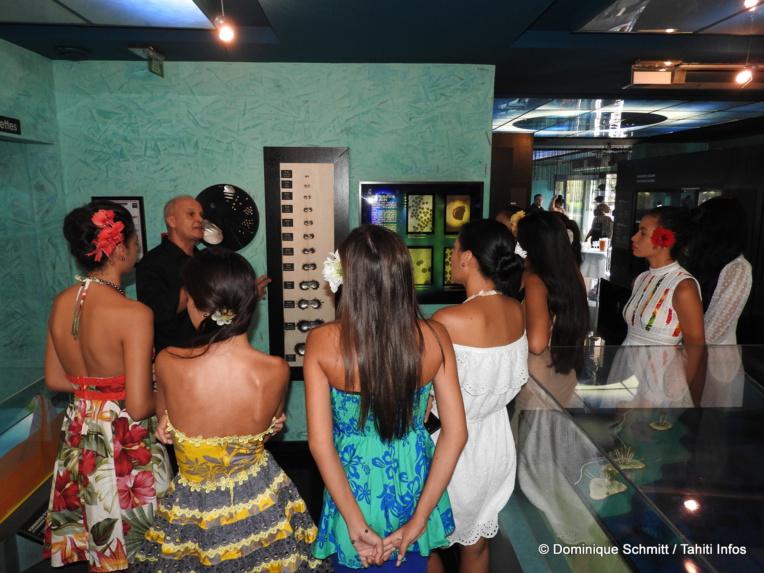 Les candidates de Miss Tahiti 2017 ont découvert le Musée de la perle et son histoire.