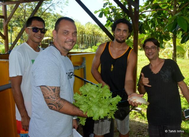 Teanuanua nous présente l'un des poissons dont les déchets alimentent ses salades.