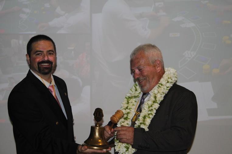 Patrick Bagur fait sonner la cloche du Lions club de Papeete et en devient le président.