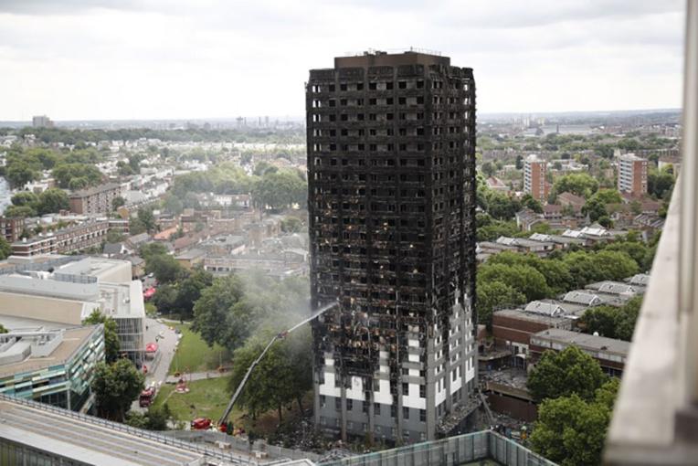 Incendie d'une tour à Londres: le bilan s'alourdit à 17 morts