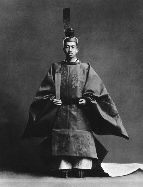 Hiro Hito, en pleine guerre avec la Chine (que son pays avait envahi) ne finalisa pas l'achat de l'île de Pâques, compte tenu du peu d'intérêt stratégique de Rapa Nui, très mal mise en valeur par les autorités chiliennes de l'époque.