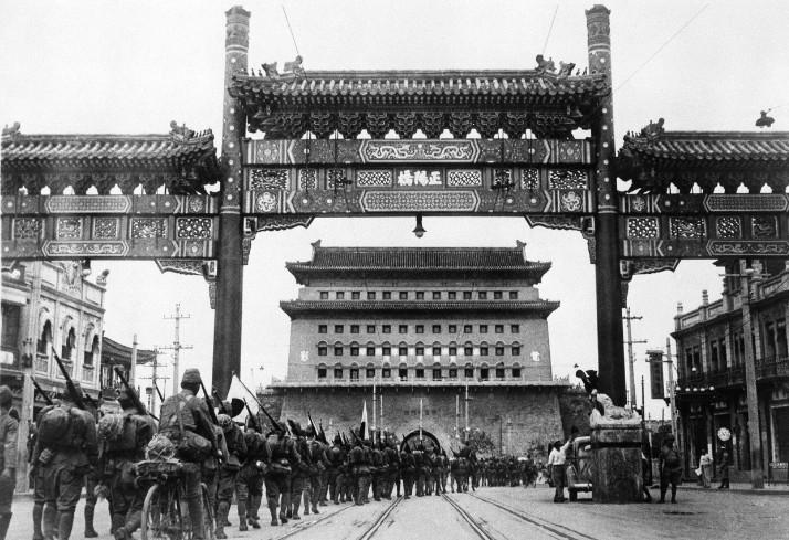 Début août 1937, les troupes japonaises entraient victorieuses dans Pékin. La guerre sino-japonaise, qui allait durer huit ans, fit oublier aux militaires nippons la possibilité d'acheter l'île de Pâques.