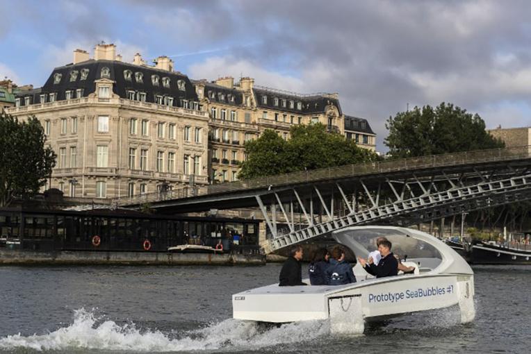"""""""Zéro bruit, zéro vague et zéro émission"""": un Sea Bubbles a """"volé"""" sur la Seine"""