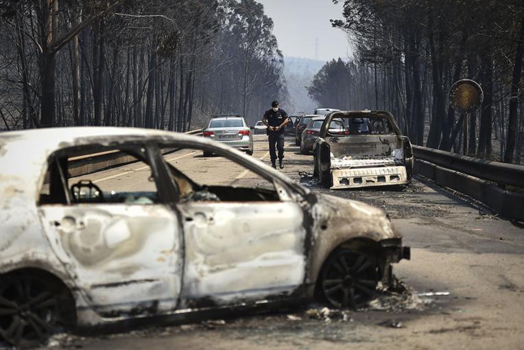 Le Portugal, en deuil, dans une lutte acharnée contre des feux de forêt massifs