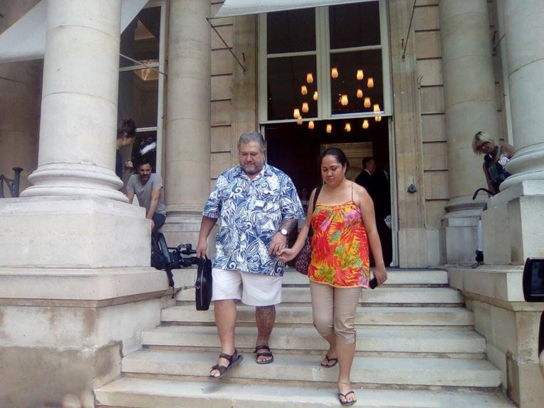 Short, chemise courte et sandales : le député indépendantiste Moetai Brotherson a fait une entrée remarquée au Palais-Bourbon, mardi.