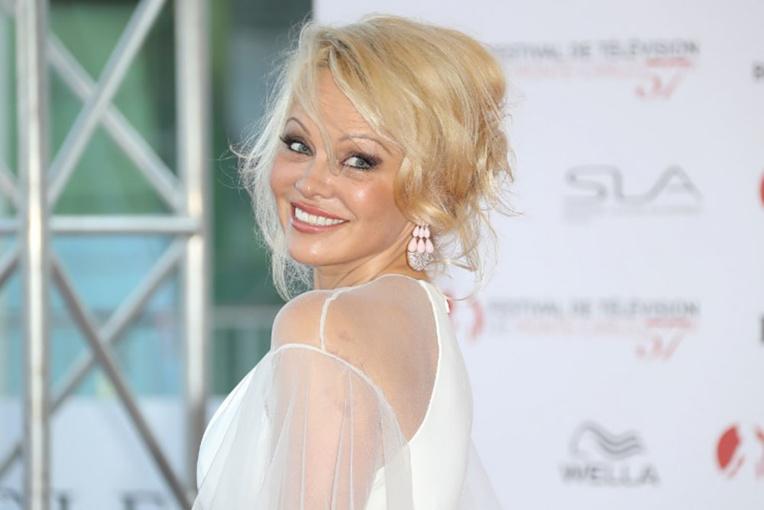 Saint-Tropez: Pamela Anderson ouvre un restaurant éphémère et invite Macron