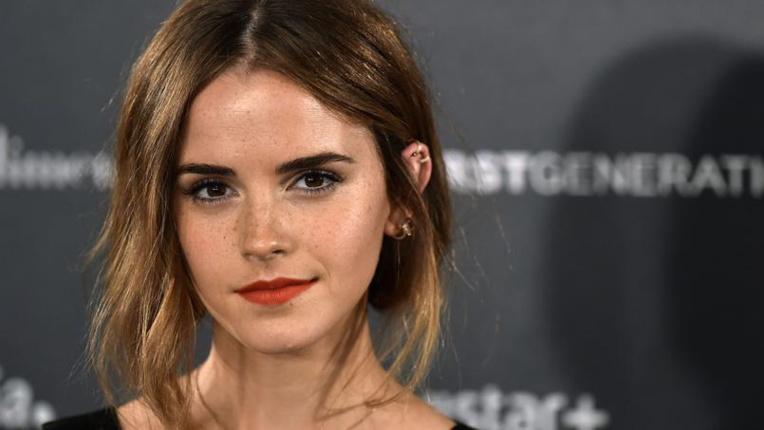 L'actrice Emma Watson cache des livres à Paris