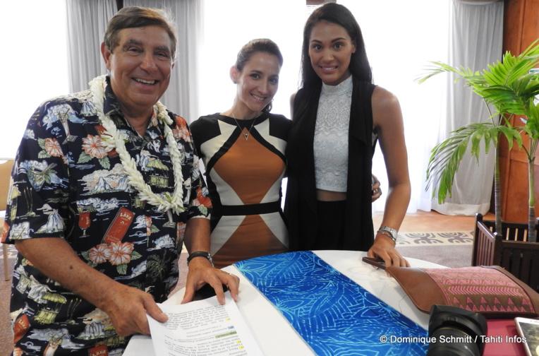Autour de Leïana Faugerat, Jean-Pierre Foucault et Hinarere Taputu, les maîtres de cérémonie de Miss Tahiti 2017.
