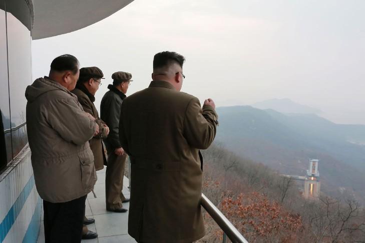 Photo non datée fournie le 19 mars 2017 par l'agence officielle nord-coréenne Kcna du leader Kim Jong-Un (d) assiste à un essai au sol d'un moteur très puissant sur le site de lancement de Sohae / KCNA VIA KNS/AFP/Archives