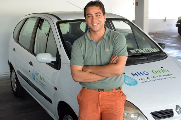 Ludovic Belin avec la voiture de sa jeune société HHO