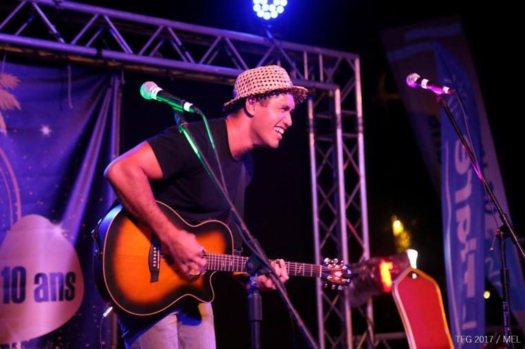 Double vainqueur du Guitare Club à Tahiti, le Polynésien au chapeau tressé est un artiste complet.