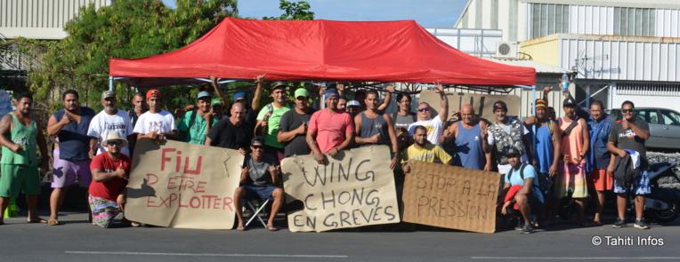 Les grévistes de Wing Chong à Fare Ute, sur leur piquet de grève en face de l'entrepôt de leur employeur.