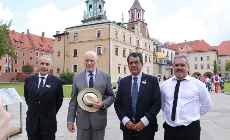 Visite du chateau de Wavel, dans le centre historique de Cracovie inscrit au patrimoine mondial de l'UNESCO, avec le directeur du chateau, Jan Ostrowski (2ème en partant de la gauche).