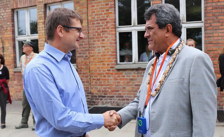 Le président Fritch accueilli par l'un des responsables du musée du camp d'Auschwitz.