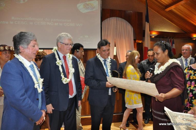 Un échange de cadeaux entre les diverses délégations, le président du CESC et les membres du bureau de la 4ème institution du Pays a clôturé cette matinée de prise de contact.