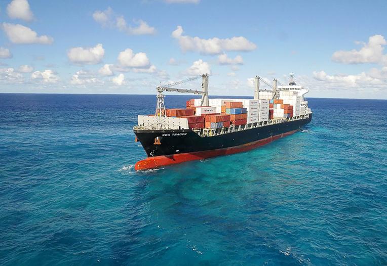Opération en N-Calédonie pour renflouer un navire échoué sur le récif