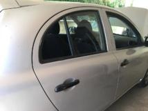 Après avoir échoué à arracher la porte, le voleur a cassé la vitre arrière