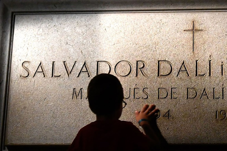 Vingt-huit ans après sa mort, la surréaliste exhumation de Dali