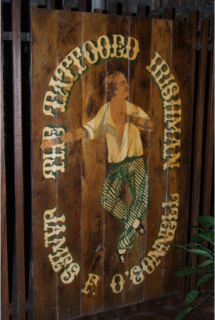 La porte d'entrée de la salle où O'Connell donnait son spectacle au cirque Barnum, racontant ses aventures dans les Mers du Sud et exhibant ses tatouages.