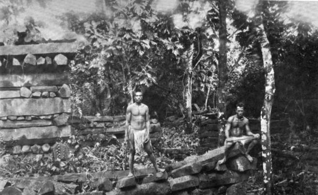 Exploration de Nan Madol en mars 1896 ; le site abandonné est considéré comme « tapu » par les insulaires de la région qui, aujourd'hui encore, répugnent à y venir, le croyant hanté.
