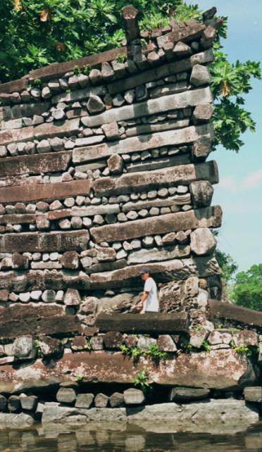 Cette image donne une idée de la hauteur de certains édifices de Nan Madol. Les pièces de basalte pesant souvent plusieurs tonnes, on imagine les efforts de cette petite communauté insulaire pour réussir à bâtir cette capitale.