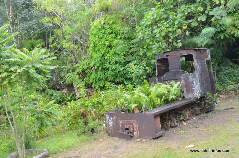 Une ancienne locomotive à vapeur, échouée au bord de la route.