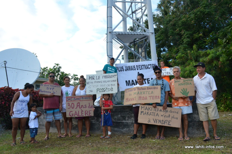 Les opposants au projet ont manifesté leur colère à l'arrivée du gouvernement près de la mairie.