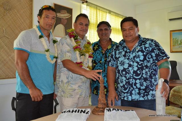 Les maires de Mahina et Rapa Nui se sont rencontrés ce mardi matin afin de définir les grandes lignes de leur futur partenariat, sur le plan culturel, touristique ou encore économique. De gauche à droite : Jovino Rafael Tuki (directeur de la jeunesse et des sports à Rapa Nui), Petero Edmunds Paoa (maire de Rapa Nui), Frédéric Fritch (1er adjoint au maire de Mahina) et Damas Teuira (maire de Mahina).