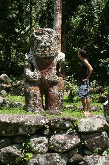 Takaii, au second plan, passe pour être le plus grand tiki ancien de Polynésie française, avec 2,67m de hauteur.