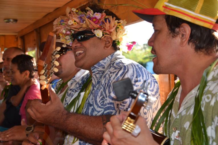 Festif, le voyage sera rythmé par les sons des 'ukelele et les chants des musiciens.