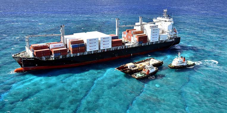 N-Calédonie: pompage du carburant d'un porte-conteneur échoué sur un récif