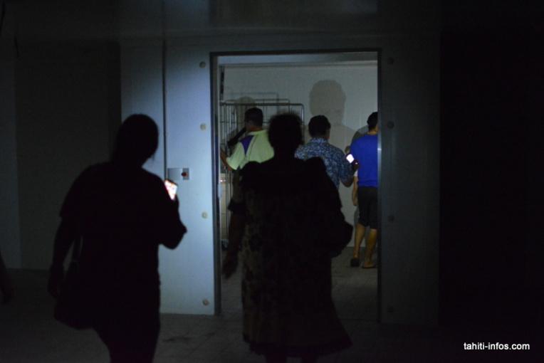 Sans électricité, les acheteurs qui s'éloignaient du groupe devaient sortir leurs mori pata