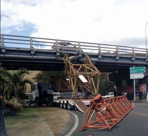 Insolite - Un camion coincé sous le pont de la Punaruu