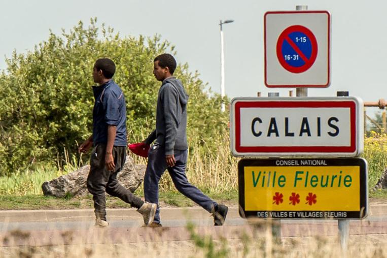 """Migrants à Calais: douches et sanitaires installés dès """"la semaine prochaine"""""""