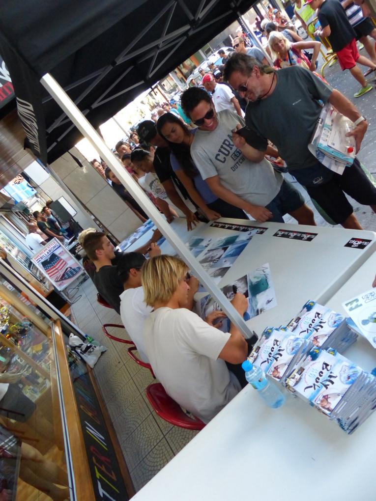 Séance de dédicaces mercredi des surfeurs pro de la Team Billabong